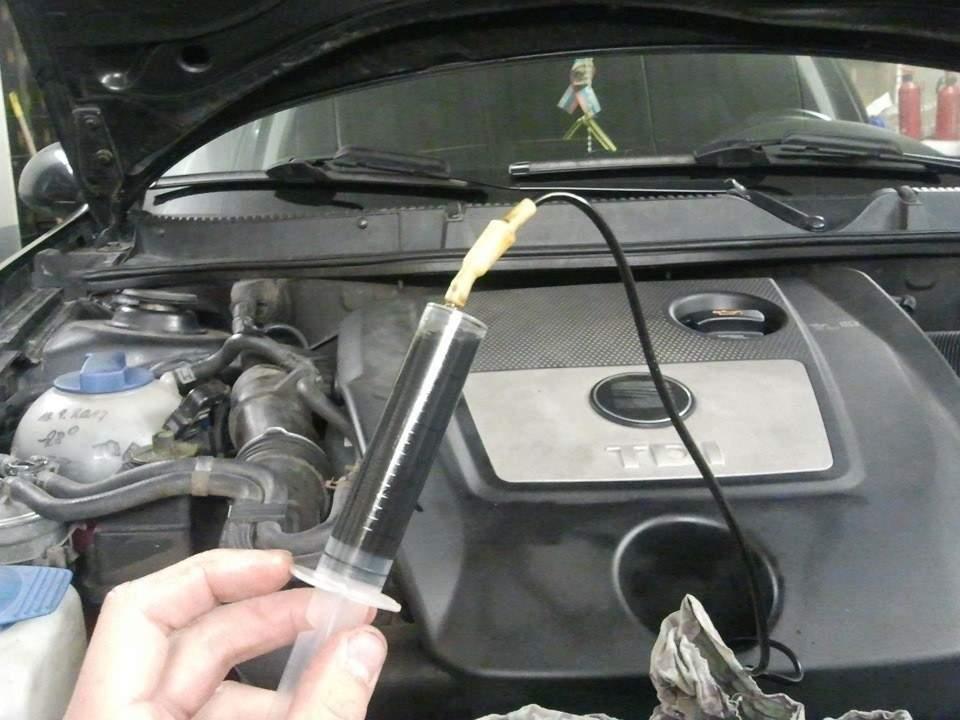 Откачка моторного масла шприцем